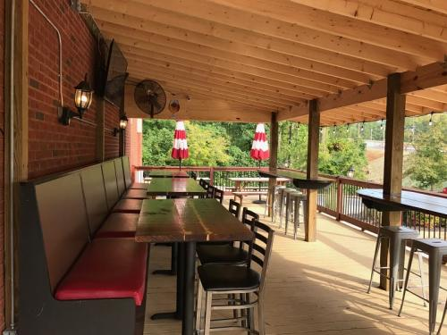 fully loaded pizza - restaurant exterior - watkinsville ga (4)